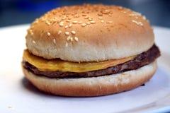 Eenvoudige cheeseburger Royalty-vrije Stock Foto's