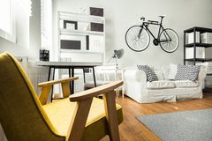 Eenvoudige comfortabele ruimte Stock Fotografie