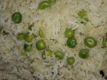 Eenvoudige die Rijstpulao met gekookte groene erwten wordt gekookt Stock Fotografie