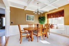 Eenvoudige dinning ruimte met tapijt en beige muren stock afbeelding