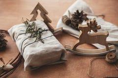 Eenvoudige eco stelt vrij plastiek voor Modieuze Kerstmis rustieke gift royalty-vrije stock foto