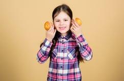 Eenvoudige en zoete voedsel en snack Leuk weinig gebakken cupcake voedsel van de kindholding naar huis in handen Aanbiddelijk kle royalty-vrije stock foto's