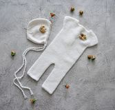 Eenvoudige gebreide met de hand gemaakte kleren voor pasgeboren babys Royalty-vrije Stock Foto