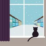 Eenvoudige grafische illustratie met zwarte kattenzitting op het venster en het letten op op de sneeuwende stadsstraat Royalty-vrije Stock Fotografie
