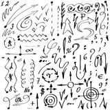 Eenvoudige hand-drawn pijlen, symbolen en cijfers vector illustratie