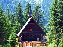Eenvoudige houten bergkapel of Bergkapelle Maria Heimsuchung in Plattenbödeli royalty-vrije stock foto