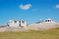 Eenvoudige huizen op onvruchtbaar land Royalty-vrije Stock Fotografie