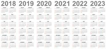 Eenvoudige kalenders jaren 2018 2019 2020 2021 2022 2023 zondagen in rood eerst royalty-vrije illustratie