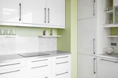 Eenvoudige keuken in witte kleuren Stock Foto