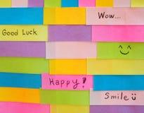 Eenvoudige korte die berichten op kleurrijke kleverige nota's worden geschreven Stock Foto's