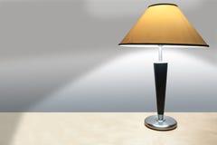 Eenvoudige Lamp op een Bureau dat een Schaduw giet Stock Foto's