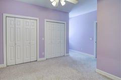 Eenvoudige lege slaapkamer, stock fotografie