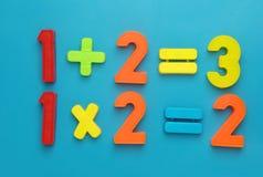 Eenvoudige math met magetic aantallen. Stock Foto's