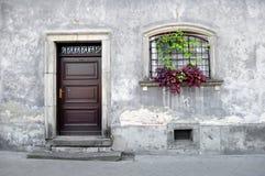 Eenvoudige oude huisvoorzijde. Stock Foto's
