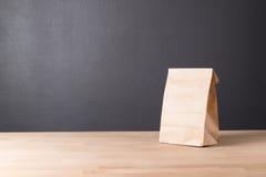 Eenvoudige pakpapierzak voor lunch of voedsel op lijst stock fotografie
