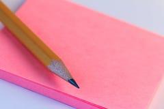 Eenvoudige potlood en document nota Close-up roze document nota van schets met houten potlood Stock Afbeelding