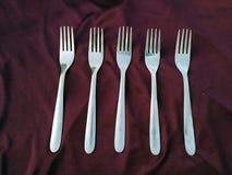Eenvoudige reeks van vork en geïsoleerd op violette achtergrond stock foto's