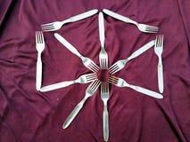 Eenvoudige reeks van vork en ge?soleerd op violette achtergrond stock foto's