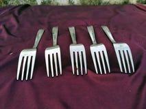 Eenvoudige reeks van vork en ge?soleerd op violette achtergrond stock foto