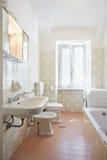 Eenvoudige, roze badkamers in oude flat royalty-vrije stock afbeelding