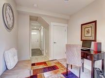 Eenvoudige ruimte met bureau Royalty-vrije Stock Fotografie