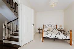 Eenvoudige slaapkamer en houten treden stock fotografie