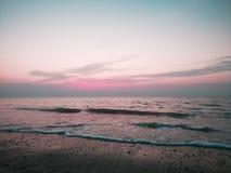 Eenvoudige strandzonsondergang stock afbeeldingen