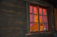 Eenvoudige vibe achter het venster met verglazingsbars van een blokhuis Royalty-vrije Stock Afbeeldingen