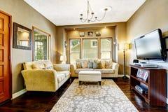 Eenvoudige woonkamer met TV en lagen Royalty-vrije Stock Foto's