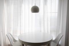 Eenvoudige woonkamer voor comfortabele avonden stock foto