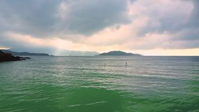 Eenzaam cijfer bij sup in oceaan tegen grenzeloze hemel stock video