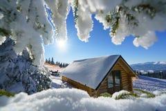 Eenzaam die huis met sneeuw bovenop de berg wordt behandeld Stock Foto