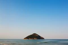 Eenzaam eiland bij horizon Stock Foto's
