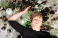 Eenzaam en wanhopig - portret van de jonge mensenmens met verslavingsproblemen Royalty-vrije Stock Fotografie