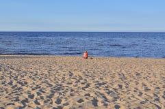 Eenzaam figuur aangaande het strand Stock Afbeelding