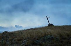 Eenzaam graf in de steppe, het oude houten kruis op het graf E stock foto