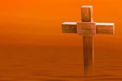 Eenzaam Houten Kruis in de Zonsondergang Royalty-vrije Stock Foto's