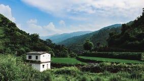 Eenzaam huis in berg stock foto's
