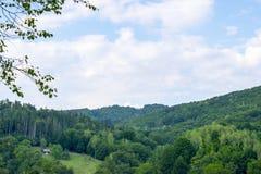 Eenzaam huis in bergen royalty-vrije stock afbeelding