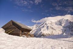 Eenzaam huis in de bergen royalty-vrije stock afbeelding
