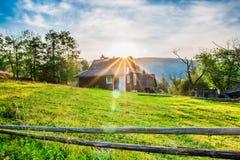 Eenzaam huis in de Karpatische bergen Royalty-vrije Stock Foto's