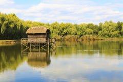 Eenzaam huis door het meer Stock Foto