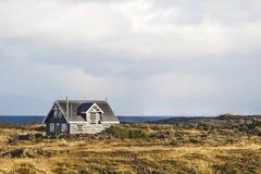 Eenzaam huis door het overzees en het landschap royalty-vrije stock foto