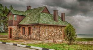 Eenzaam huis door meer Stock Foto's