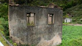 Eenzaam huis in het hout stock video