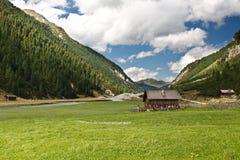 Eenzaam huis omhoog in bergen Royalty-vrije Stock Afbeelding