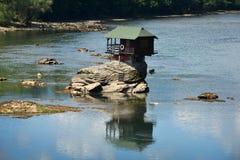 Eenzaam huis op de rivier Drina Stock Foto's