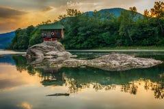 Eenzaam huis op de rivier Drina in Bajina Basta, Servië royalty-vrije stock afbeeldingen