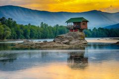 Eenzaam huis op de rivier Drina in Bajina Basta, Servië stock foto's