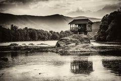 Eenzaam huis op de rivier Drina in Bajina Basta, Servië royalty-vrije stock foto's